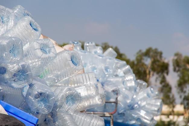 リサイクルのためのキャップが付いているペットボトル、たくさんの水ボトル廃棄物分離の概念