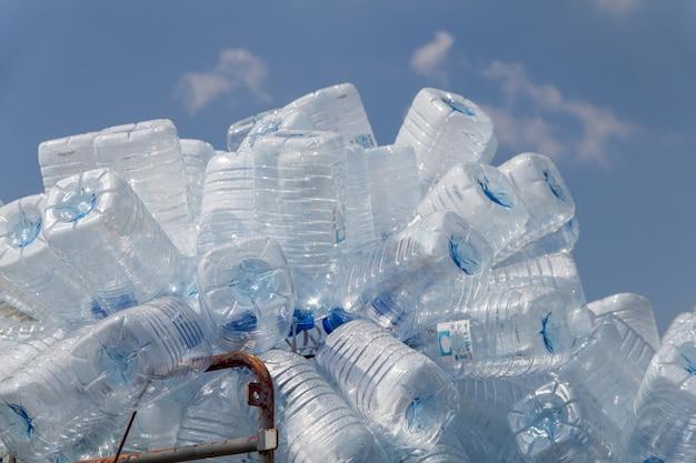 ペットボトルのリサイクル廃棄物、たくさんの水のボトル廃棄物分離の概念