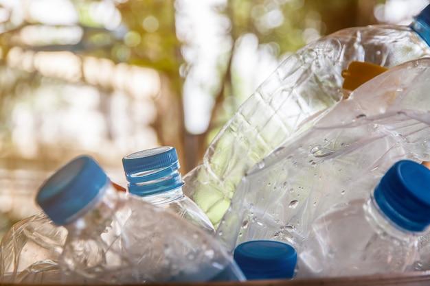 リサイクルのためのキャップ付きペットボトル