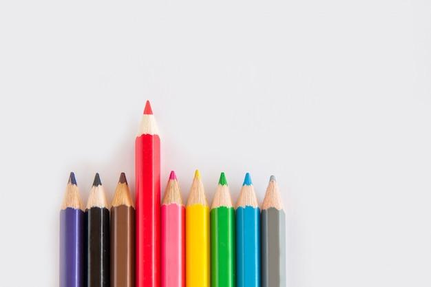 スペースコピーと白い背景の上のグラファイトと色鉛筆、緑色のゴムのグループ