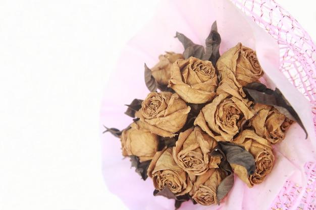 乾燥したバラの花束を閉じる