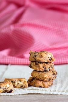 焼きたてのチョコレートチップクッキー、素朴な木製のテーブル、チョコレートチップクッキー。