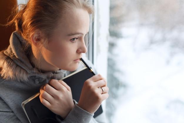 深い思考の若い女の子