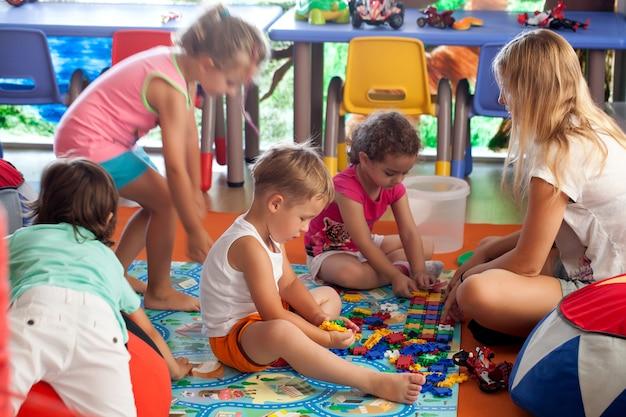 保育園で遊ぶ子供たち