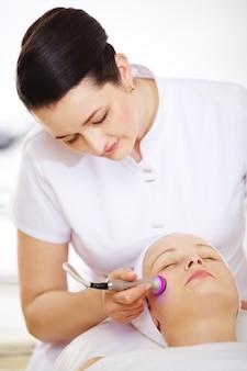特殊装備によるリフティング手順を提供する美容師