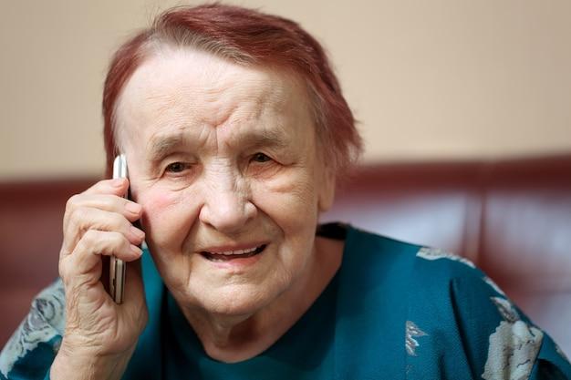 携帯電話で話す高齢の女性