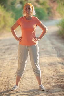 アクティブな年配の女性はスポーツをするつもりです