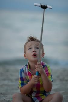 Мальчик берет селфи со смартфона