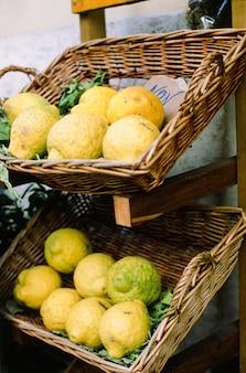 ナポリの通りのレモン