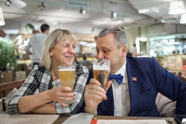 バーで飲む成熟した結婚カップル