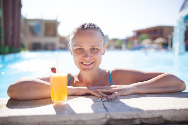 若い、女、微笑、プール、飲み物、楽しむこと