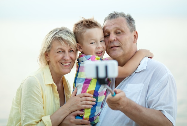 祖父母と孫が電話セルフサービスをする
