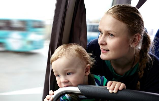 母と子はバスで旅行する。