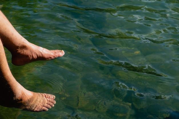 水の中の足