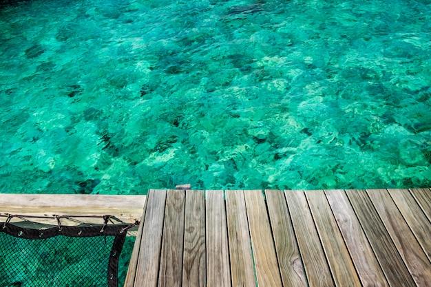 モルディブの美しく澄んだ海の上の木製のバルコニー