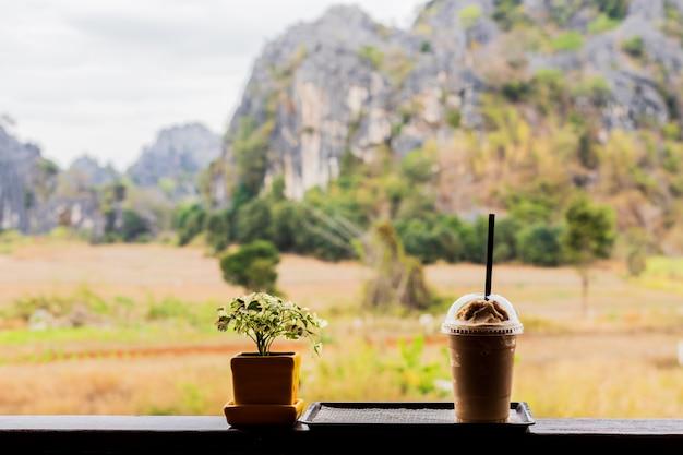 Холодный кофе среди природы и гор