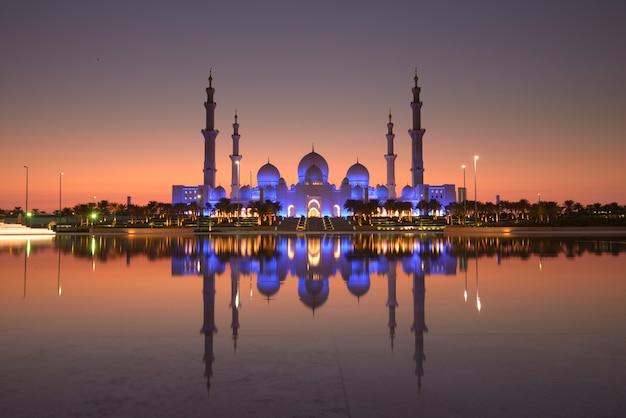 アブダビアラブ首長国連邦に反映された美しい夕焼けの空のシェイクザイードグランドモスク