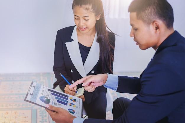 ビジネスマンは新しいプロジェクトのためのビジネスプランニングの同僚から助言を得る。