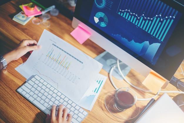実業家チーム計画でデータを一緒に分析して新しいプロジェクトの計画と立上げ