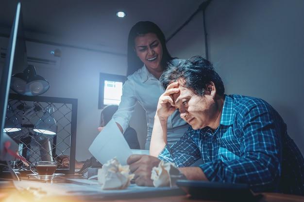Серьезный босс женщина ругает мужского пола работника за плохой результат бизнеса.