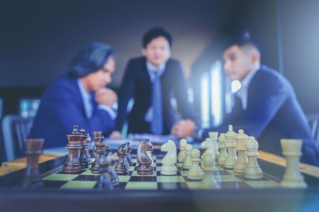 スーツのビジネスマンとボード上のチェス