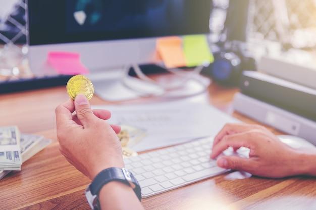世界のデジタルマネー経済に新たに導入された天秤座暗号通貨コインを持っている手