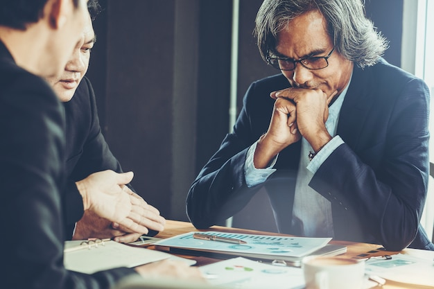 会議のボスとして上級ビジネスマンや株式市場の状況について話し合います。
