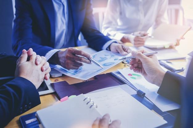 市場の状況を議論する会議ビジネス人々。新しいビジネスプロジェクトを開始するためのマーケティングデータの分析。
