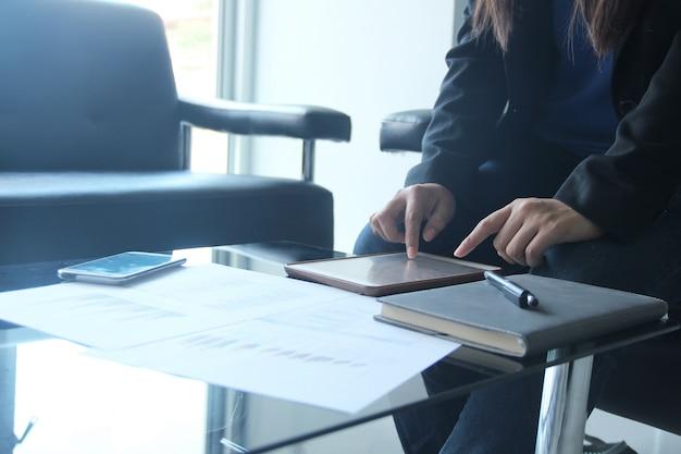 Деловые документы на офисном столе
