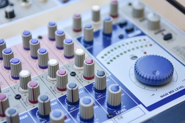 クローズアップオーディオミキサー、スタジオの音量コントローラーアンプの背景。