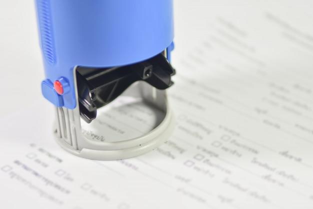 Макро рука штамповки на бумаге контракт.