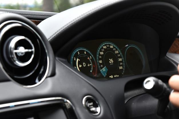 高速自動運転制御のコンソール高級スーパーカー