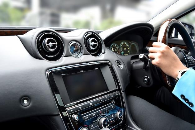 カメラとラジオの豪華な車内の車の動きの中の動きの速度
