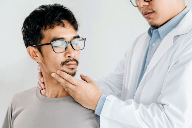 男性の首に癒しの治療をしている理学療法士、カイロプラクティック調整