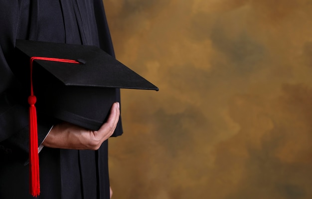 卒業、帽子を保持している卒業生。卒業式、大学の卒業生を祝福しました。