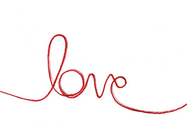 単語の形をした赤い糸-白い背景の愛。赤い糸。バレンタイン・デー