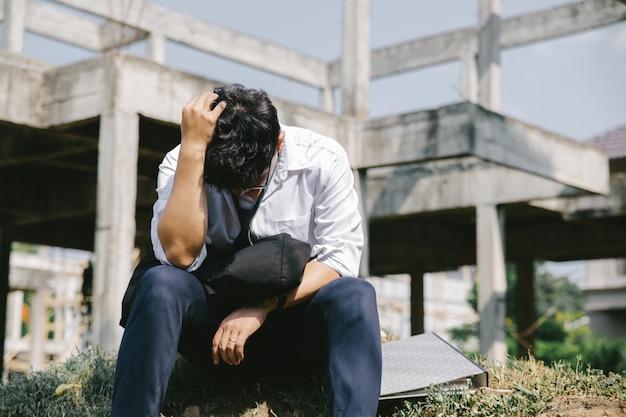 Молодой бизнесмен сидит в депрессии