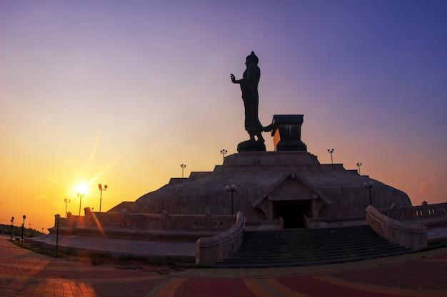 夕日と仏の像