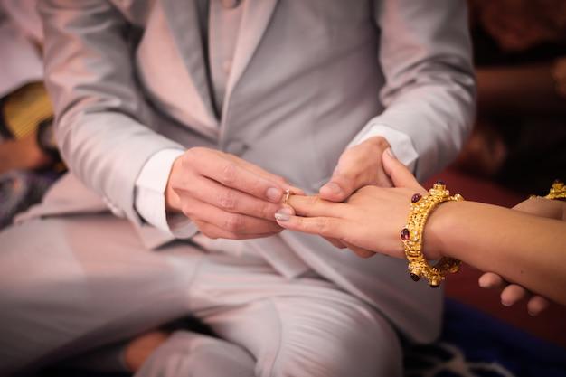 バレンタインの日に彼のガールフレンドに婚約指輪を与える若い男