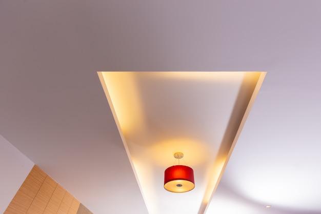 部屋の天井、赤い電球の天井の光