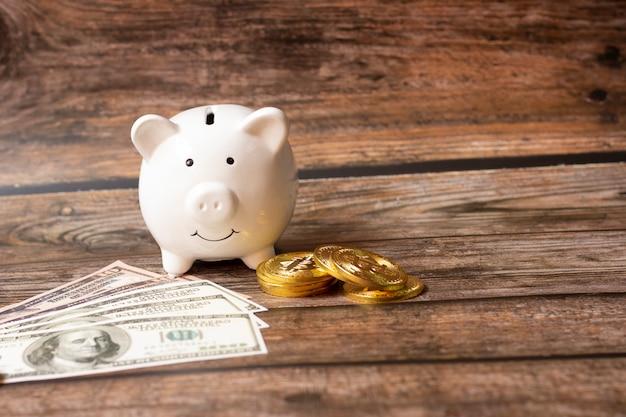 お金を節約する概念、貯金箱、ビジネスファイナンス、買い物のお金、成長するお金の概念