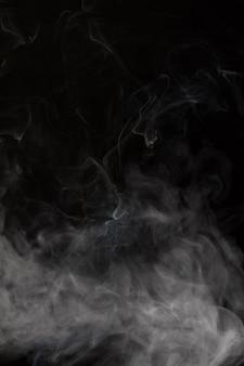 黒の背景を持つ煙