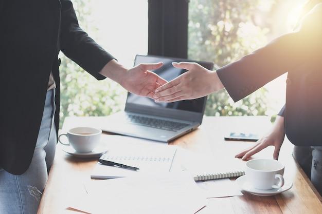 Совместное предприятие инвесторов с клиентами, секретарь успешно связался с этой работой.