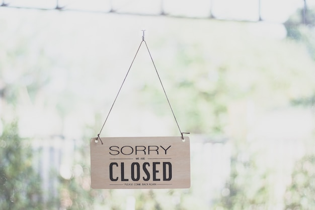 Знак, свисающий с дверью кофейного магазина, закрыть знак размытия фона, слово ярлыка закрыть
