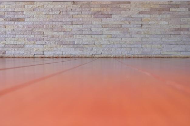 床とレンガの壁。