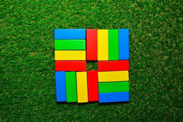 緑色の草のキッドデザインカラフルな木ブロック