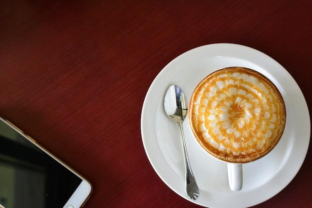 コーヒー、スマートフォン(携帯電話)、木製テーブル、ライフスタイルのコンセプト。