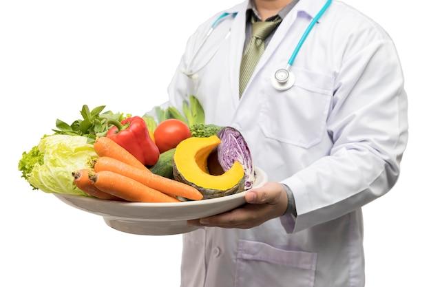 新鮮な果物や野菜の盛り合わせバスケットを保持している医者