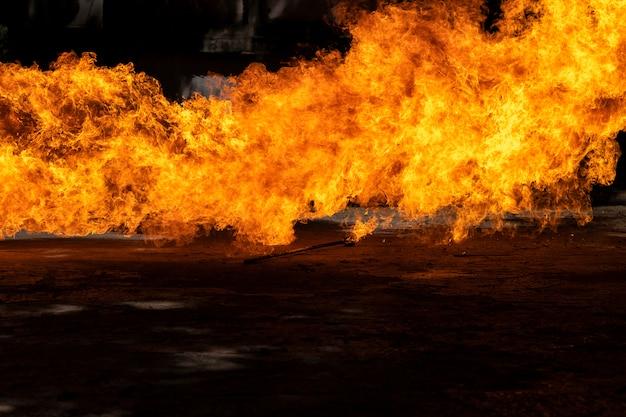 石油の爆発によって引き起こされた炎。石油火災に対する水のデモンストレーション