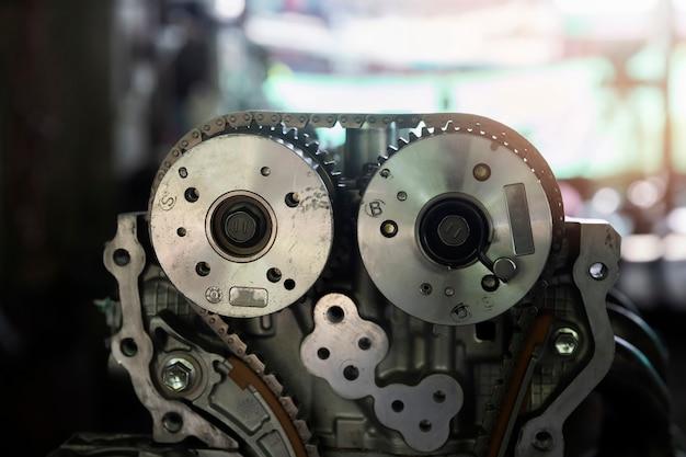 車修理ガレージの車のエンジン部品。